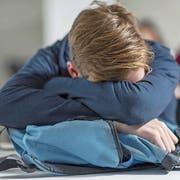 Für viele Gymnasiasten ist die erste Schulstunde eine Qual. Aufnehmen können sie nichts – stattdessen macht der Schlafmangel krank. (Bild: Imago Images)