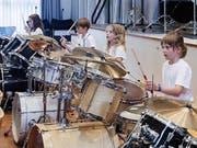 Diese Mädchen spielen gemeinsam ein Stück auf ihren Schlagzeugen. (Bild: PD)