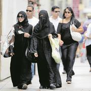 Verhüllte Frauen in Genf: Eine Volksinitiative strebt ein nationales Verbot an. Bild: Salvatore Di Nolfi/Keystone (Genf, 3. August 2010)