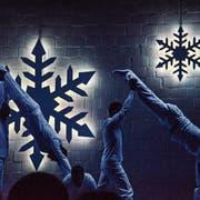 Weiss gekleidet und in blauem Licht treten die Turner als Pistenrowdies in Erscheinung. (Bilder: Christoph Heer)