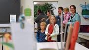 Kleine und grosse Besucher staunten über die sanierten Schulräumlichkeiten.(Bild: Christoph Heer)