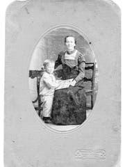 Elise mit ihrem Sohn um 1918. Die gebürtige Thurgauerin kam in der nationalsozialistischen Psychiatrie um. (Bild: Chronos-Verlag)