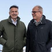 Hans Wicki als Verwaltungsratspräsident der Titlis Bergbahnen und Architekt Pierre de Meuron orientieren auf dem Titlis über den geplanten Neubau der Bergstation. (Bild: KEYSTONE/Alexandra Wey)