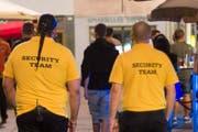 Sicherheitsleute vor Clubs oder in Ausgehmeilen (wie in diesem Themenbild) haben oft einen schwierigen Job zu erledigen. (Bild: Urs Jaudas)