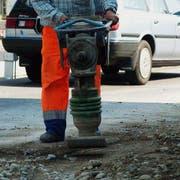 Ein Bauarbeiter arbeitet mit dem Stampfer in Weinfelden. (Bild: Reto Martin)