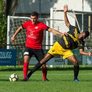 Kickers-Mittelfeldspieler Marko Brzovic (links) setzt sich hier im Zweikampf gegen Tavernes Nathan Muadianvita durch. Bild: Dominik Wunderli (7. September 2019)