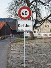 Die 40er-Tafeln vor Karlishub bleiben noch einige Tage stehen. (Bild: Roman Scherrer)