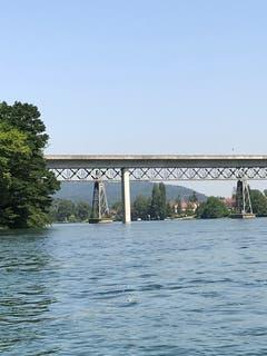 Die zwei Brücken (Auto und Eisenbahn) über den Rhein verbinden Wagenhausen und Hemishofen. (Bild: Samuel Koch)