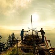 Peter Niederberger und Ralph Tanner von den Stanserhorn-Bahnen bereiten das 1.-August-Höhenfeuer vor. (Bild: Philipp Schmidli (Titelbild vom 31. Juli 2016)