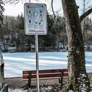 «Eisfläche gesperrt», steht auf dem Warnschild, welches der Aadorfer Werkhof beim Eisweiher aufgestellt hat. (Bild: Kurt Lichtensteiger)