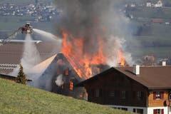 Das alte Bauernhaus steht in Flammen. (Leserbild: Xaver Husmann)