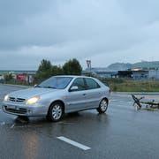 Die Situation nach dem Verkehrsunfall vom Freitag bei der Einmündung der «Im Feld»- in die Zürcher Strasse in Winkeln. (Bild: Stadtpolizei St.Gallen)