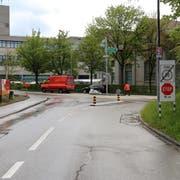 Die Unfallstelle an der Steinachstrasse. Feuerwehrleute sind dabei, das ausgelaufene Öl zu binden und zusammenzuwischen. (Bilder: Stadtpolizei St.Gallen - 28. April 2019)