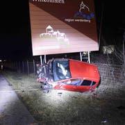 Der 26-jährige Fahrer dieses demolierten Wagens war alkoholisiert unterwegs. Bei dem Unfall verletzte sich der Mann. (Bild: Kapo SG)