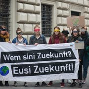 Demonstrierende Schülerinnen und Schüler vor dem Luzerner Regierungsgebäude. (Bild pd, 25. März 2019)