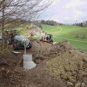 Im frisch ausgehobenen Graben für eine Wasserleitung lösten sich die Massen und begruben den Arbeiter unter sich. (Bild: Kapo: SG)