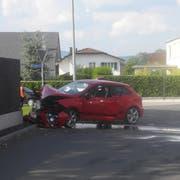 Das Auto kollidierte mit der Schallschutzmauer. (Bild: Schwyzer Polizei)