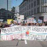 Die bisher letzte Klimademo in St.Gallen auf der kurzzeitig blockierten Kreuzung Kornhaus- und St.-Leonahrd-Strasse. (Bild: Adriana Ortiz Cardozo - 24. Mai 2019)
