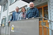 Sonnenburg-Präsident Felix Hotz mit der scheidenden Heimleiterin Manuela Rast und ihrem Nachfolger Raphael Steiger. (Bild: Mario Testa)