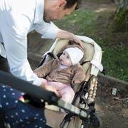 Aktuell steht Vätern nach der Geburt ihres Kindes nur ein freier Tag zu. (Bild: Gaetan Bally/Keystone)