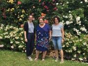 Isabell Häberle (Mitte) wünschte sich, noch einmal die Blumenpracht der Insel Mainau zu erleben. Simona Barben und Kathleen Frischknecht begleiteten sie dabei. Bild: PD