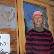 Bio-Bauer Christian Schwarz im Eingang zu seinem Hofladen. (Bild: Kurt Peter)