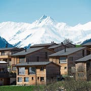 Ferienwohnungen in Cumbel in der Region Surselva. Im Hintergrund der Piz Terri. Bild: Gian Ehrenzeller/Keystone (20. April 2016)