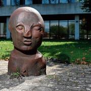 Der «Kopf» von Fritz Roth auf dem Platz der Kantonsschule besteht aus massivem Eisen. (Bild: Stefan Kaiser, Zug, 30. August 2019)