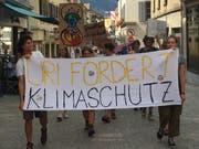 Aktivisten spazieren für mehr Klimaschutz durch Altdorf. (Bild: PD)