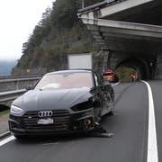 Das beschädigte Auto des Junglenkers. (Bild: Kantonspolizei Schwyz)