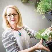 Pia Klingenfuss auf ihrem Balkon: Ihr Herz arbeitet nur noch zu knapp 20 Prozent, ohne Aussicht auf Besserung. (Bild: Roger Grütter)