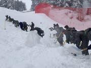 Schaufeln ist angesagt: Streckenhelfer auf Abfahrtspiste in St. Anton. Bild: Facebook Arlberg Kandahar Rennen