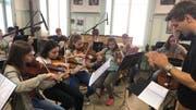 Eine Gruppe übt für das Schulprojekt «musically-Nite of Musicals» (Bild: PD)