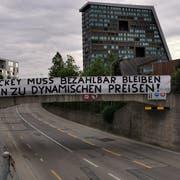 Der Fanklub Herti Nordkurve Zug verleiht seinen Forderungen mit einem Transparent Ausdruck. (Bild: PD)