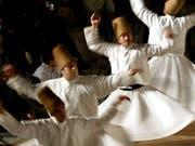 Derwisch oder Sufi bezeichnet den Angehörigen einer muslimischen asketisch-religiösen Ordensgemeinschaft. Bekannt sind vor allem die türkischen Derwische, die sich durch drehende Bewegungen zu typischer Musik in Ekstase tanzen (Bild). Musik der Derwische - umgeschrieben fürs Klavier - ist am Freitagabend in der Kirche St.Laurenzen zu hören. (Bild: Kerim Okten/EPA - Konya, 17. Dezember 2003)
