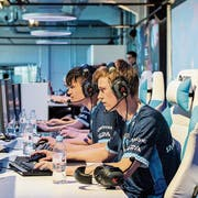 E-Sportler im Final eines Turniers der Swiss E-Sports League.Bild: Ennio Leanza/Keystone (Zürich, 21. April 2018)
