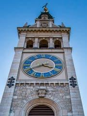 Die Uhr am Turm der Kirche Linsebühl. (Bild: Urs Bucher - 3. November 2017)