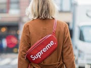 Eine Bauchtasche mit dem originalen Supreme-Logo.Bild: Christian Vierig/Getty (New York, 6. September 2017)