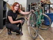 Laura Buob hat den Prototyp von «Pack & Roll» an ihrem Citybike montiert. (Bild: Raisa Durandi)