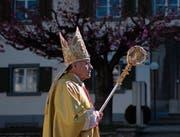 Bischof Vitus Huonder auf dem Weg zur Chrisammesse am Hohen Donnerstag in Chur. (Bild: Gian Ehrenzeller/Keystone, 18. April 2019)
