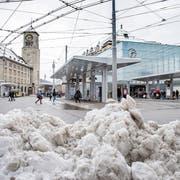 Bis auf ein paar Schneehaufen war der Bahnhofplatz am Mittwochnachmittag schwarzgeräumt. (Bild: Urs Bucher)