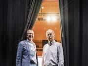 Theaterverein-Grandseigneur Max Peter mit Nachfolger Louis Räber auf der Casinobühne. (Bild: Andrea Stalder)
