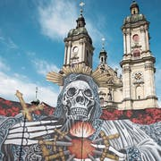 Totenkopf vor Kathedrale: Das ist das Bühnenbild der 14. St.Galler Festspiele. (Bild: Adriana Ortiz Cardozo)