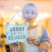 Wie weit sollen die Ladenöffnungszeiten gelockert werden? Eine Angestellte in der Farb und Schniid Lounge schliesst gerade das Geschäft an der Gerbergasse. Bild: Philipp Schmidli (Luzern, 30. Oktober 2018)