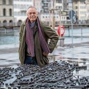 Romano Mina vor dem Modell «seiner» Stadt. (Bild: Nadia Schärli, Luzern, 11. Februar 2019)