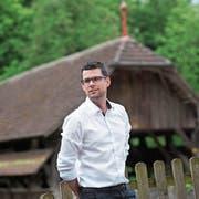 Michael Riedweg (37), hier vor der Alten Holzbrücke, tritt im Oktober neu das Amt als Gemeinderat von Rothenburg an. (Bild: Dominik Wunderli; 9. Mai 2018)