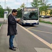 Luciano Butera vom Blinden- und Sehbehindertenverband SBV beim Testen der App Intros. (Bild: PD)
