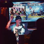 Eric Lee spielt im Balterswiler Heaven-Music-Club. (Bild: Christoph Heer)