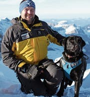 Wendel Odermatt mit Lawinenhund Cora. (Bild: PD)