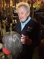 Haarig: über 200 alte Zöpfe und Perrücken finden sich in Roland Wagners Keller. (Bilder: Lara Wüest)